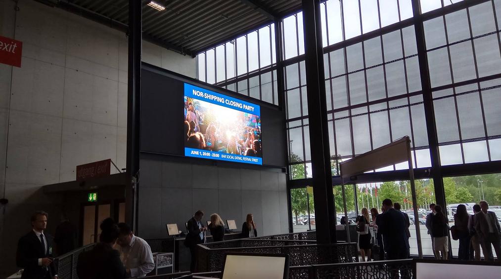 Telewizor 55-calowy- ekran LED podkreślający wagę wydarzenia